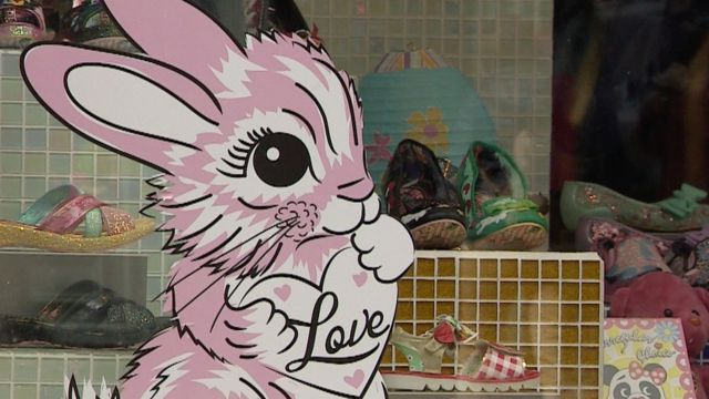 Пасхальный зайчик на витрине магазина обуви