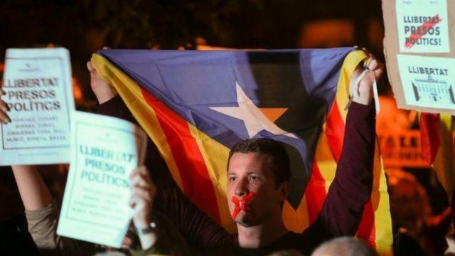Protesters outside Catalonia's parliament in Barcelona. Photo: 2 November 2017