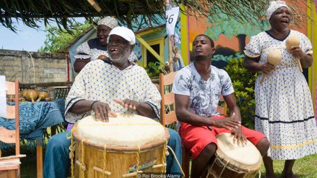 Garífunas tocando tambores en Belice