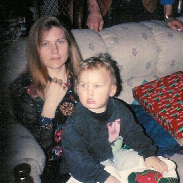 母親の膝に座るブライアン・ジャクソンさん