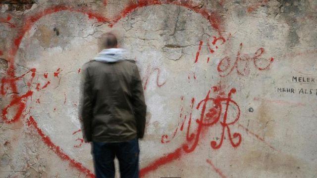 一名男子在讀牆上的語言