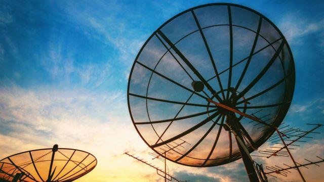 Antenas contra o céu