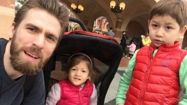 麥克和孩子在一起