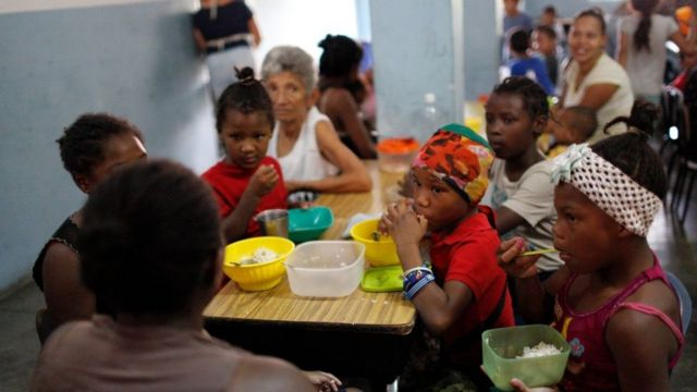Children having lunch in a community dining room in Petare (Caracas).