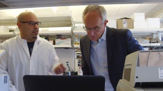 El doctor Eric Verdin (derecha) en su laboratorio
