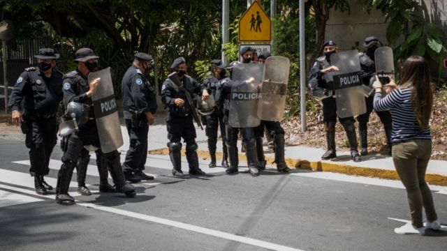Police in front of the house of Chamorro Barrios.