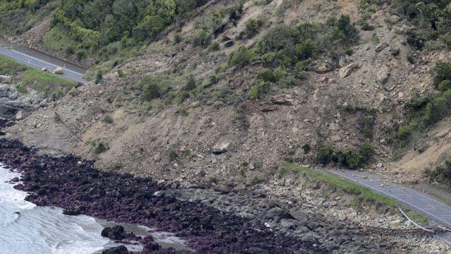 Jalur kereta api yang terputus oleh longsor akibat gempa di Kaikoura, Selandia Baru, yang di beberapa tempat juga mengakibatkan tsunami kecil.
