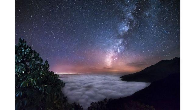 La Vía Láctea por encima de las nubes