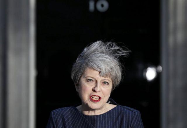 La primera ministra de Reino Unido, Theresa May, ante el número 10 de Downing Street, en Londres, anuncia elecciones anticipadas.
