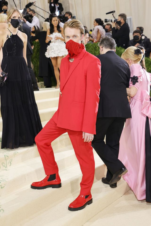 Finneas O'Connell en un traje rojo