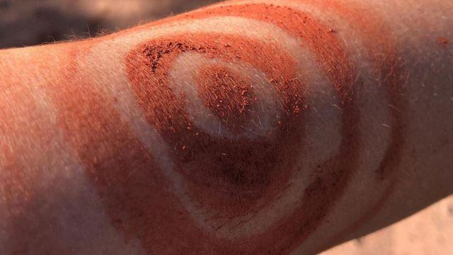 科倫人用粘土塗自己的身體