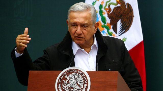 O presidente mexicano Andrés Manuel López Obrador fala em um púlpito