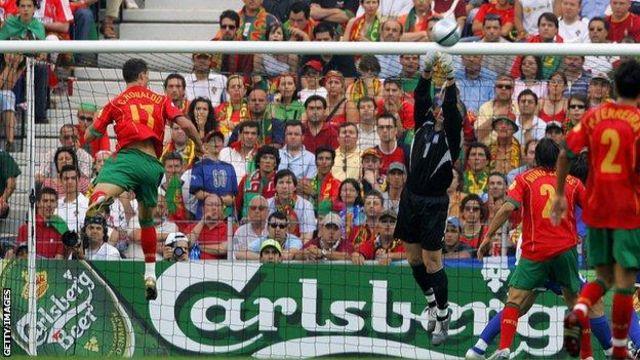كريستيانو رونالدو مع منتخب البرتغال ضد اليونان عام 2004