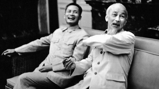 Chủ tịch Hồ Chí Minh và Thủ tướng Phạm Văn Đồng tại Phủ Chủ tịch năm 1965