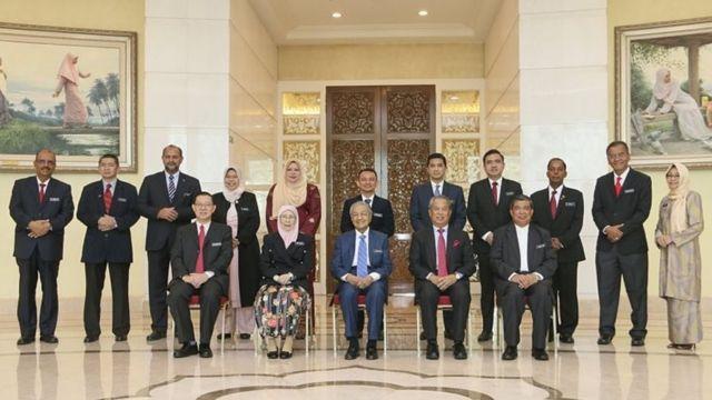 Perdana Menteri Mahathir Mohamad dan para menteri pada sidang pertama kabinetnya di Putrajaya (23/05).