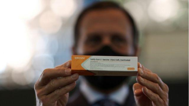João Doria segura caixa de vacina produzida pela Sinovac