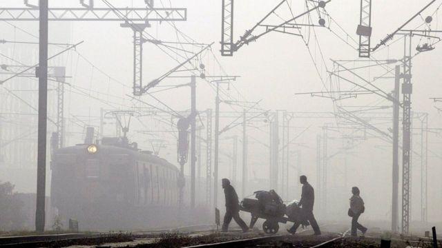कोहरे की सुबह रेलवे ट्रैक