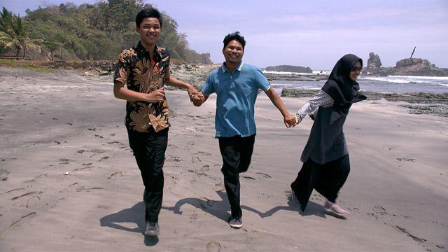 A família correndo na praia
