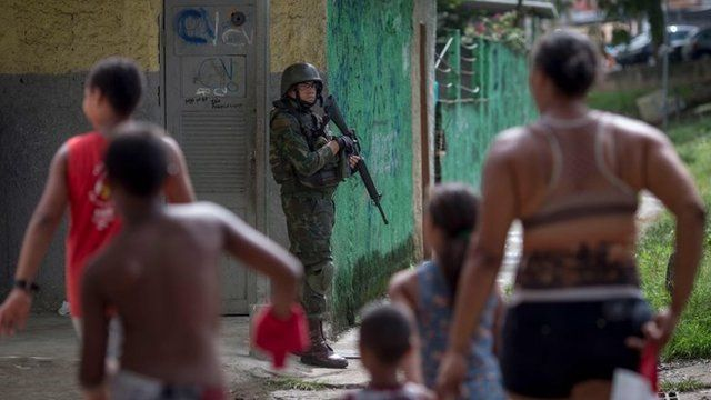 Militar armado en barrio de Río de Janeiro.