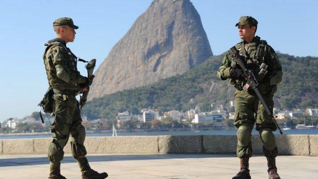 Soldados vigilan en Río de Janeiro