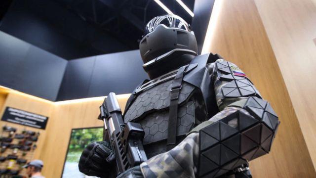 """รัสเซียทดสอบชุดเกราะ """"คนเหล็ก"""" สำหรับใช้งานทางการทหาร เมื่อปีที่แล้ว"""