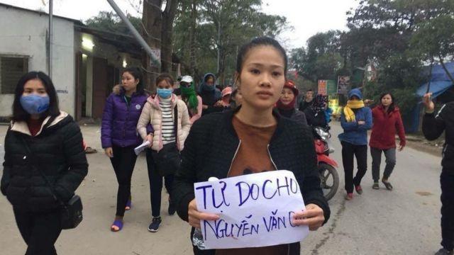 Hồ Thị Châu, vợ Nguyễn văn Oai đi biểu tình kêu gọi trả tự do cho chồng