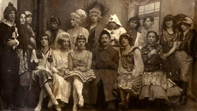 Участники мужской костюмированной свадьбы 1921-го года, организованной Афанасием Шауром