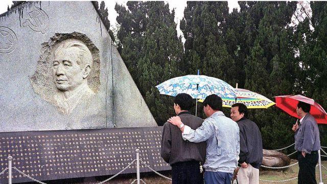 胡耀邦墓碑