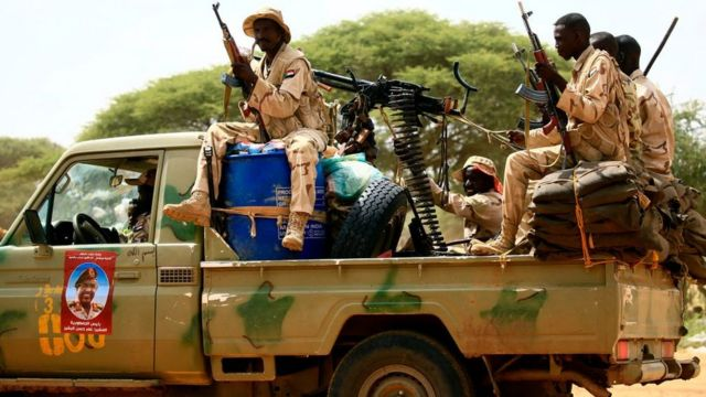 Paramiliatares de las RSF de Sudán armados y subidos a una camioneta
