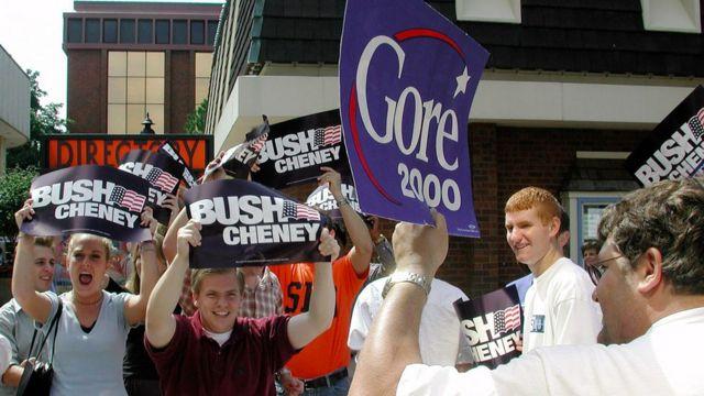 Partidários de Al Gore e George W. Bush com cartazes