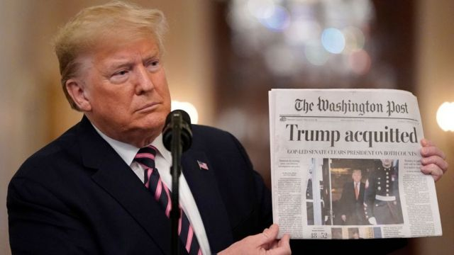 Donald Trump con un ejemplar del Washington Post sobre su absolución en el impeachment
