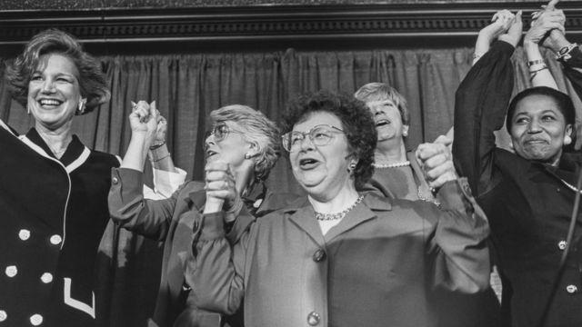 """1992年,推動女性參政的""""全國婦女政治核心小組"""" (National Women in Politics Caucus)成員慶祝選戰勝利。"""