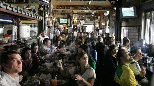 Bar en Sao Paulo durante un partido del mundial de fútbol