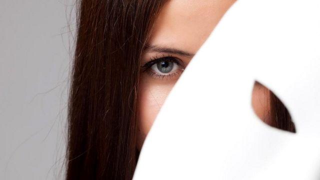 Лукавый взгляд из-за маски