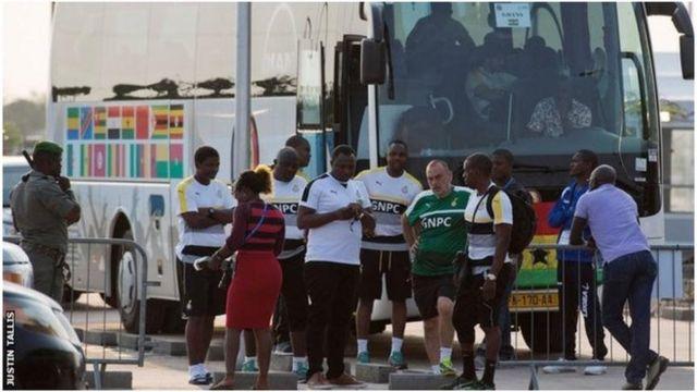 Des footballeurs ghanéens autour de leur entraîneur Avram Grant, en maillot vert.