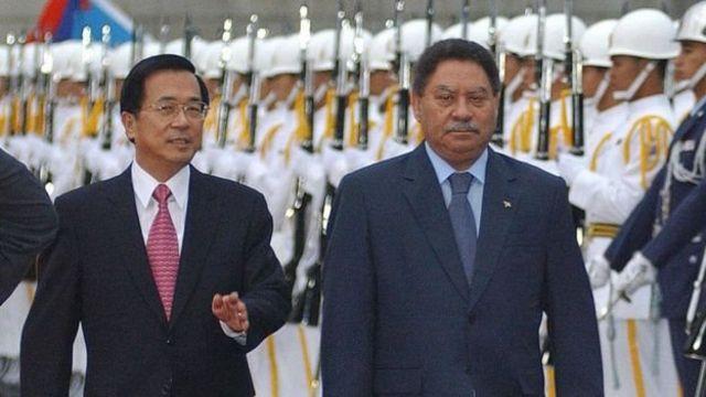 رئيس ساو توم آند برينسيب فراديك (إلى اليمين) مع الرئيس التايواني السابق تشن شوي بيان