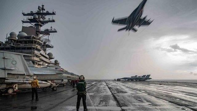 Tiêm kích F-18 bay qua tàu sân bay USS Ronald Reagan trong cuộc tập trận trên Biển Đông