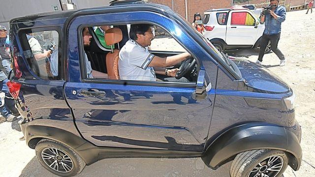 Morales en un auto eléctrico