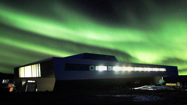 La estación india en Antártica con luces boreales.