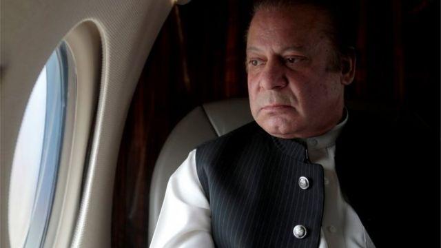 Ra'isulwasaaraha Pakistan Nawaz Sharif ayaa daaqada diyaaradiisa eegaya kadib markii uu furey waddo isku xirta magaalooyinka Karachi and Hyderabad, Pakistan bishii Feberaayo 3, 2017.
