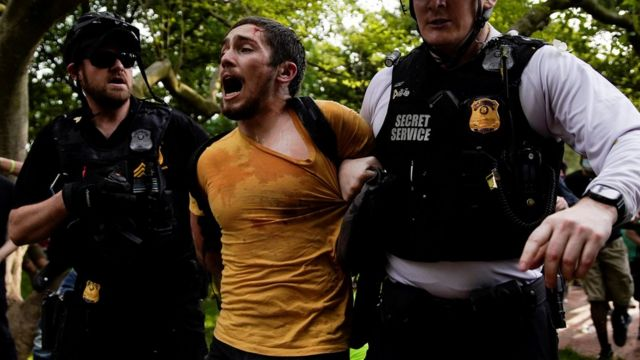 Hombre arrestado por dos policías