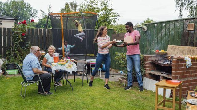 Família se reúne para churrasco em quintal