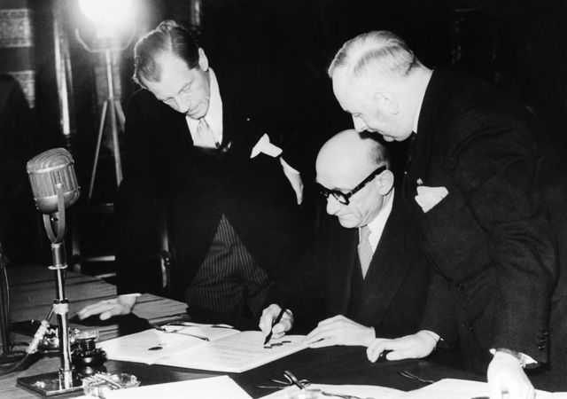 Robert Schuman firmando un documento