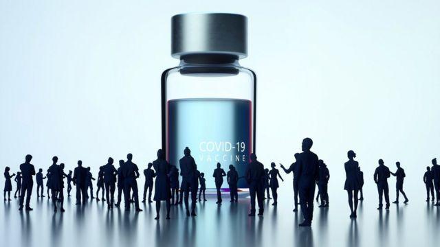 Frasco gigante de vacina com vultos de pessoas observando