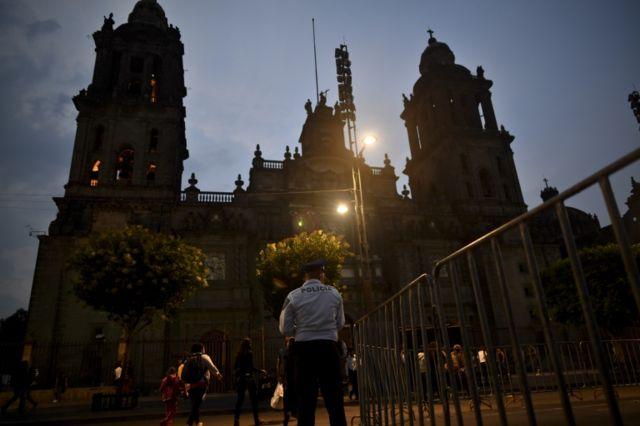 Ciudad de México aporta el 24,4% del Producto Interno Bruto (PIB), confluyen todas las rutas de ferrocarril, además que tiene comunicación carretera con todas las regiones de México.