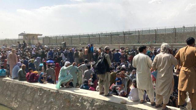 صف شهروندان افغانستان بیرون فرودگاه کابل امروز جمعه ۲۹ اسد