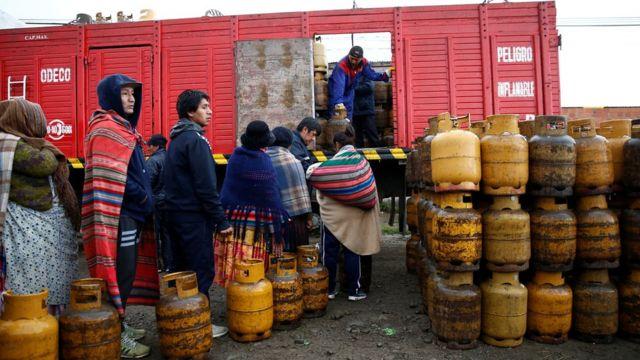 Fila de personas en busca de contenedores de gas