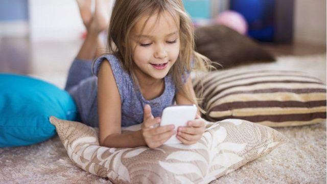 طفل يستخدم هاتف الإنترنت