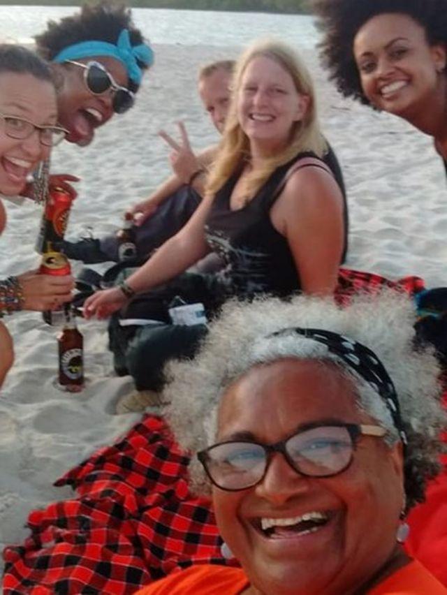 Grupo se reúne em uma praia do Quênia