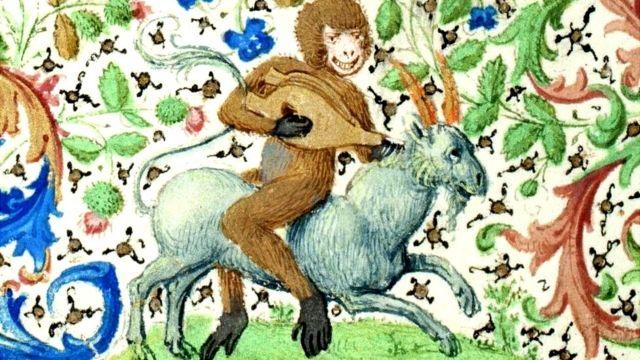Un mono usando un fuelle como laúd mientras monta una cabra sentado al revés